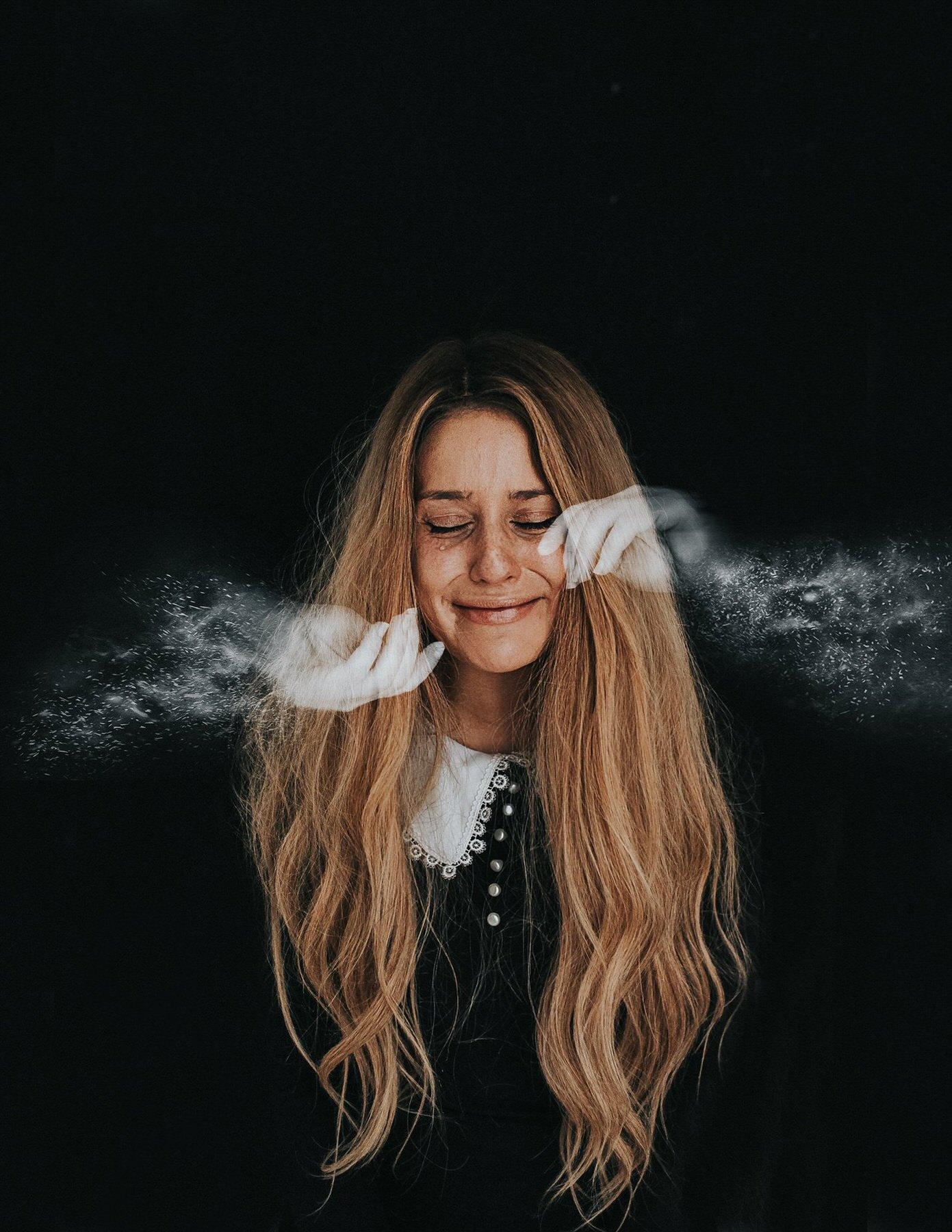 Rosie Hardy Smoke Hands Image